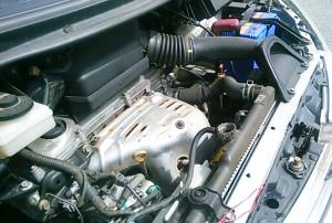 車のエンジン画像